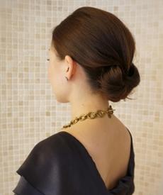 [ミディアム・ロングヘアの場合] 最も簡単なのは、ゴムなどを使ってひとつにまとめる方法です。